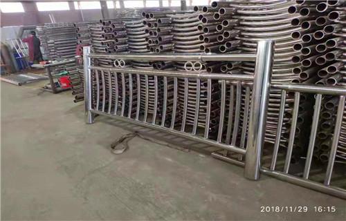舟山不锈钢碳素钢复合管护栏供货保障+聊城市亮洁护栏厂