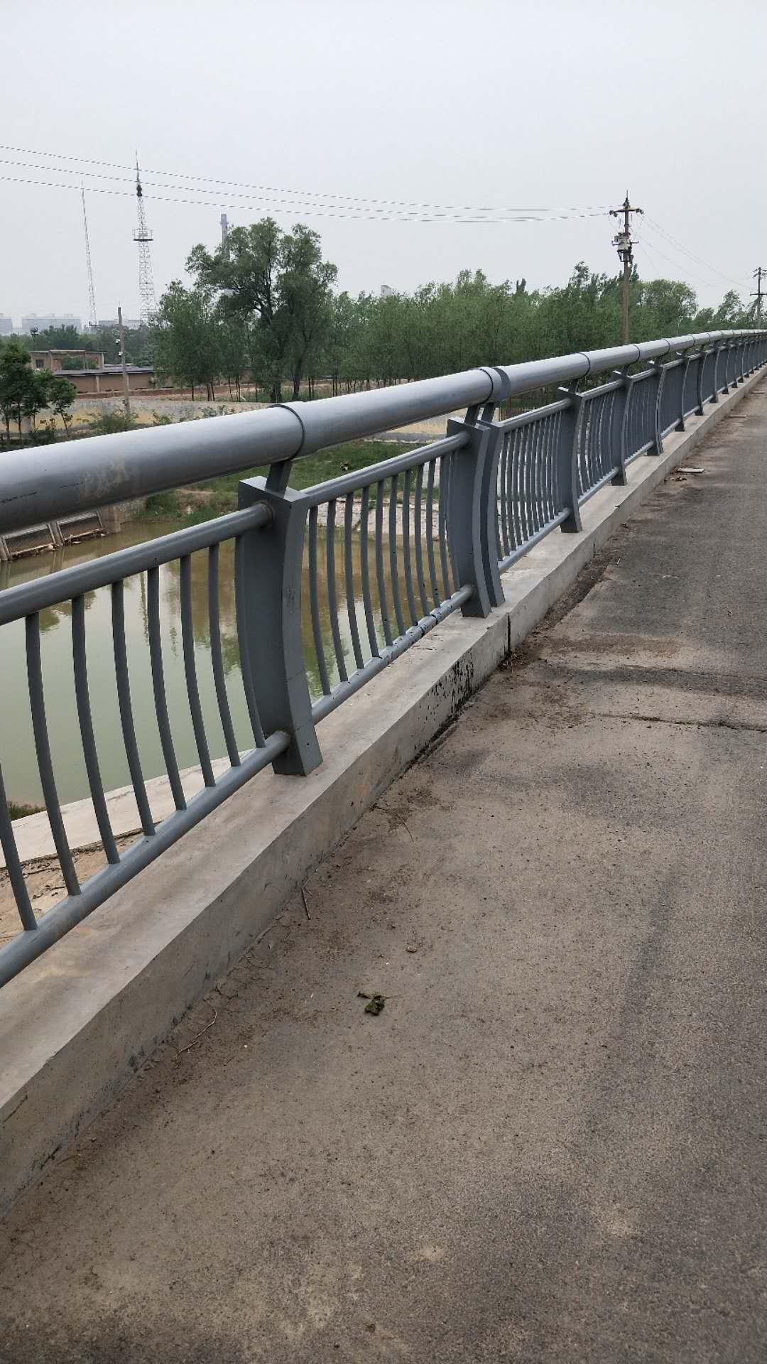 湖北不銹鋼防撞護欄立柱安裝快捷